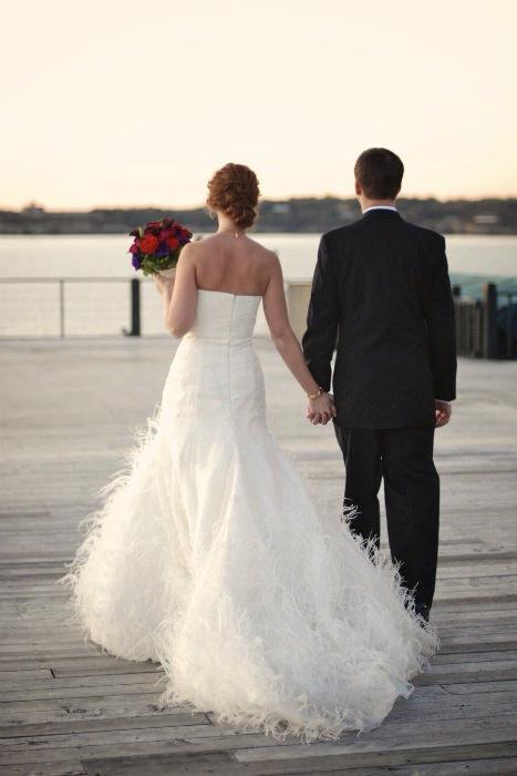 Cô dâu với chiếc váy cưới đính lông vũ màu trắng đem lại vẻ đẹp lãng mạn và hoài cổ tựa như bước ra từ chuyện cổ tích.