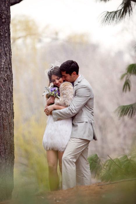Chiếc váy ngắn đính lông vũ trắng mang lại vẻ đẹp dịu dàng, tinh nghịch cho cô dâu.