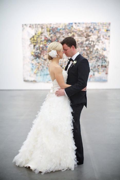 Cô dâu nổi bật với vẻ đẹp ngọt ngào, lãng mạn do chiếc váy cưới trắng đính lông vũ đem lại.