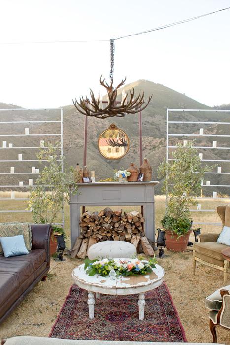 Một mẫu phòng khách đám cưới ấm cúng với gối ôm, lò sưởi.