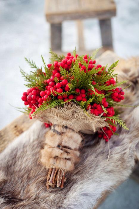 Giữa tiết trời lạnh giá, một bó hoa cầm tay gồm những chùm quả mọng đỏ tươi điểm cỏ chân ngỗng mang lại sự ấm áp và nổi bật.