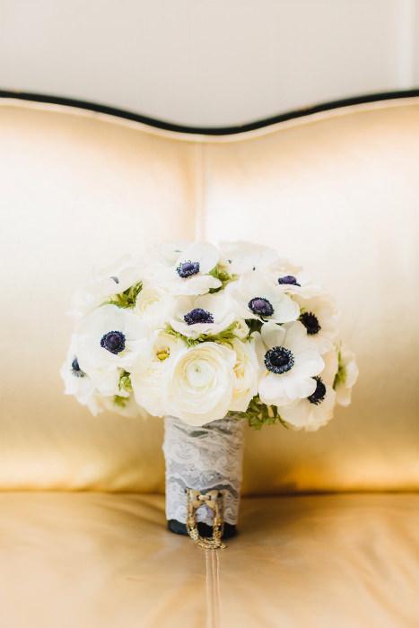 Bó hoa đơn sắc với điểm nhấn là màu sậm ở nhụy hoa hoàn toàn phù hợp với đám cưới màu đông.