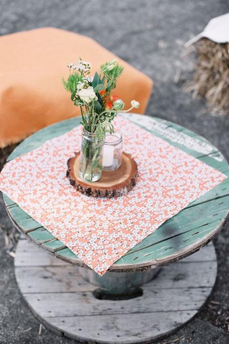 Trẻ trung và phóng khoáng với một chiếc bàn gỗ đơn giản sơn xanh.