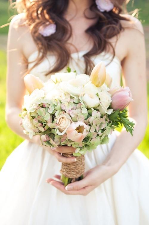 Bó hoa cô dâu tràn đầy sức sống của mùa xuân trong sự pha trộn màu trắng, hồng và xanh.