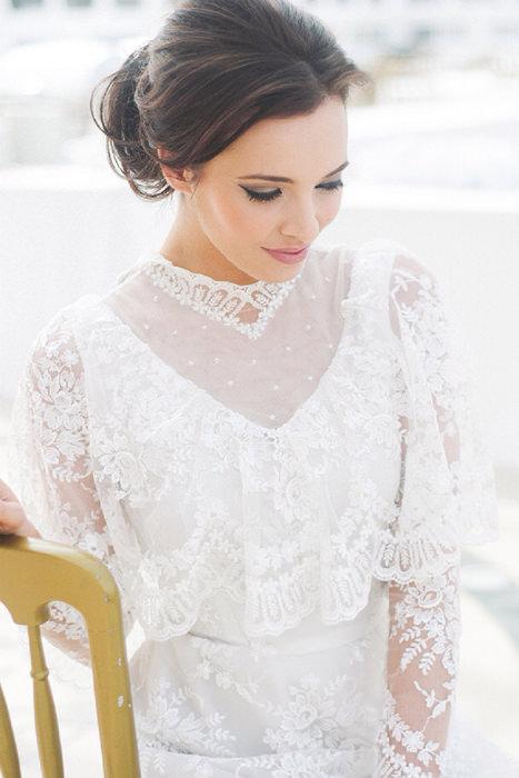 Váy cưới cô dâu với màu trắng nhẹ nhàng và những chi tiết ren mang phong cách cổ điển.