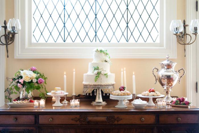 Chiếc bánh cưới xinh xắn được trưng bày trên một chiếc bàn riêng.
