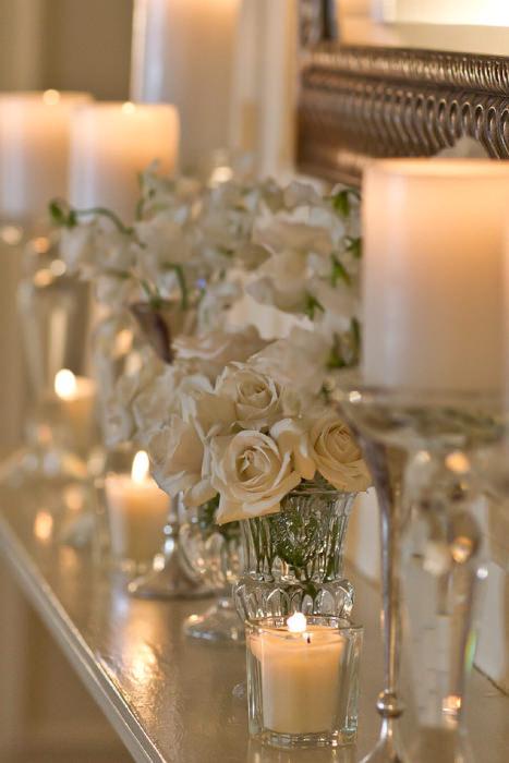 Trang trí bàn tiếp đón với ánh nến lung linh, huyền ảo.