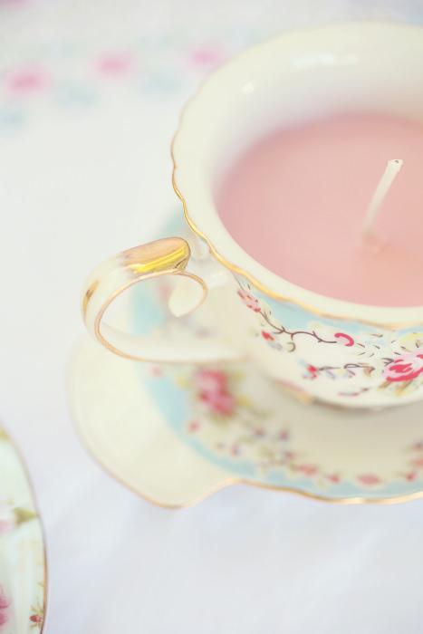 Giá đỡ nến bằng tách trà là gợi ý tuyệt vời cho đám cưới mang phong cách vintage.