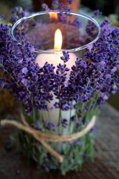Sự kết hợp nến và hoa oải hương mang lại sự tao nhã cũng như hương thơm dễ chịu.