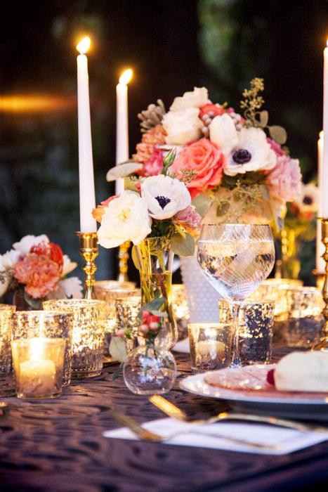 Kết hợp những cây nến có độ cao khác nhau để trang trí bàn tiệc.
