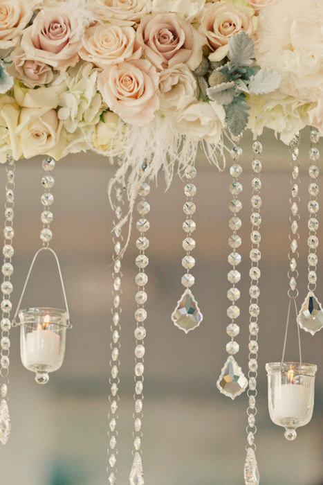 Ánh sáng nhẹ nhàng của nến kết hợp ăn ý cùng vẻ mỏng manh của pha lê và hoa.