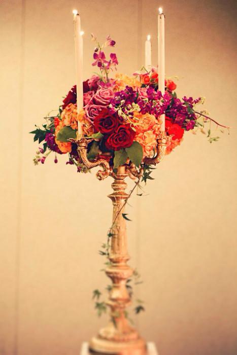 Hoa làm tôn thêm vẻ sang trọng của những ngọn nến trên bàn tiệc.