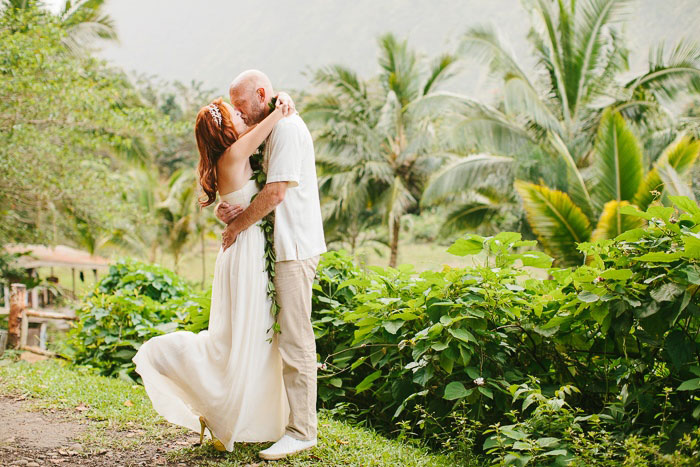 bride and groom kissing in Hawaii