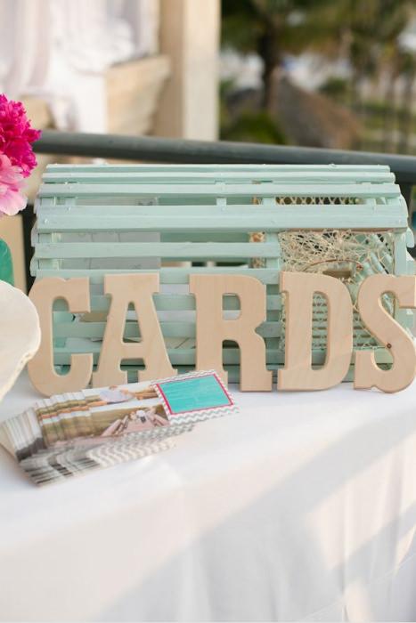 Lồng tôm hùm biến thành hộp đựng card xinh xắn cho lễ cưới bãi biển.