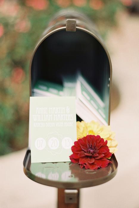 Thùng thư cũ được tái sử dụng trở nên nổi bật với những bông hoa trang trí.