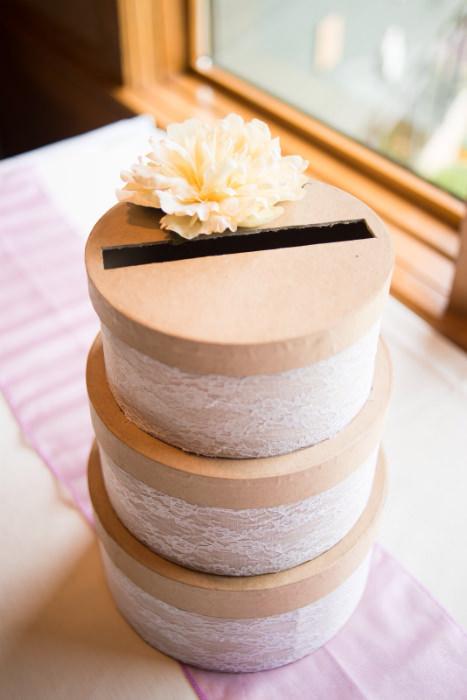 Hộp tròn đựng card nhiều tầng lấy cảm hứng từ chiếc bánh cưới.