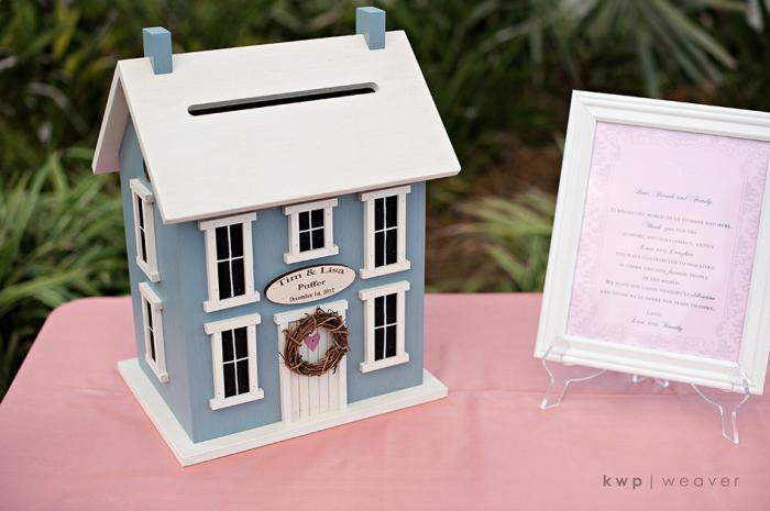 Hộp đựng card mô phỏng theo mẫu một ngôi nhà.