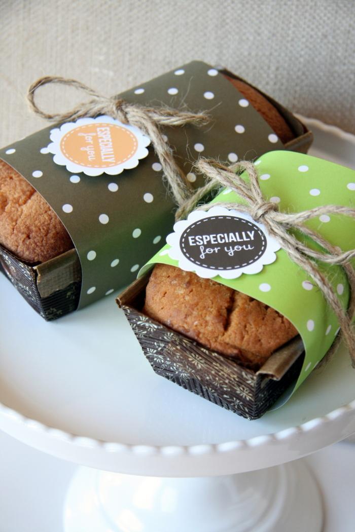 Trang trí thêm cho bánh trong tiệc cưới