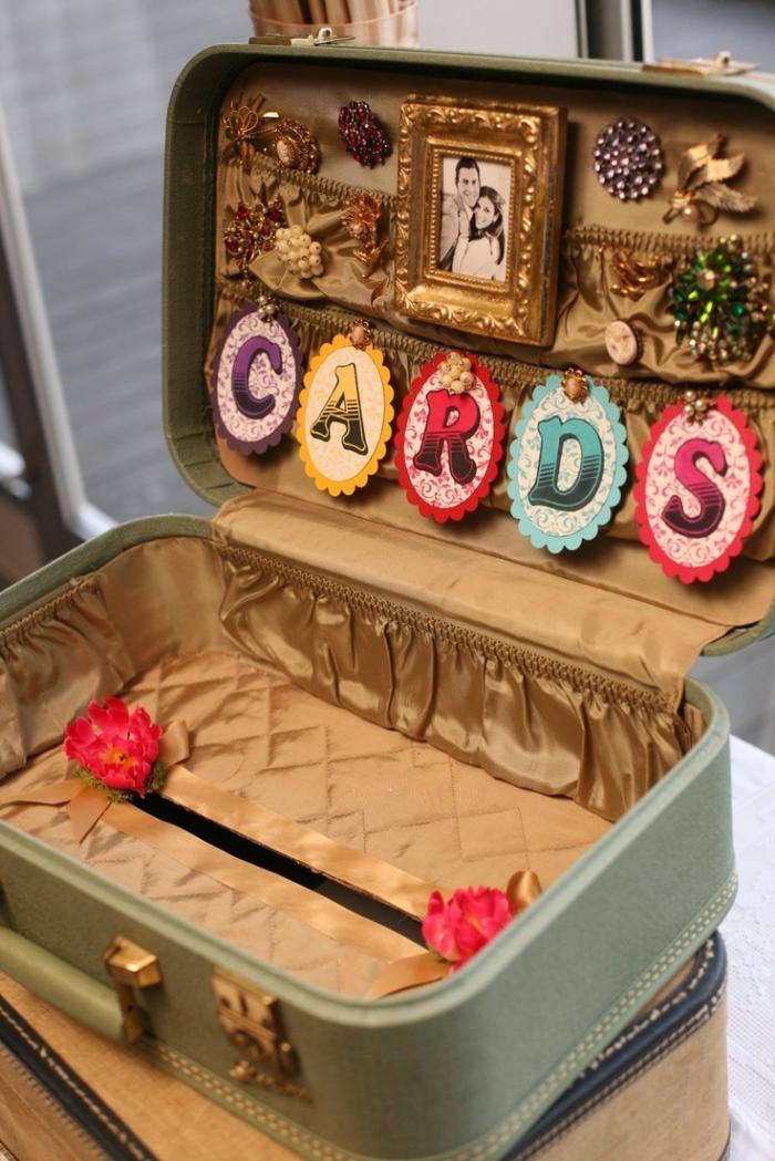 Chiếc vali cũ được tái sử dụng để chứa card.