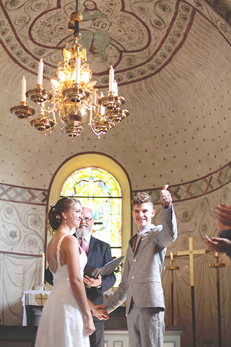 groom giving thumbs up during ceremomy
