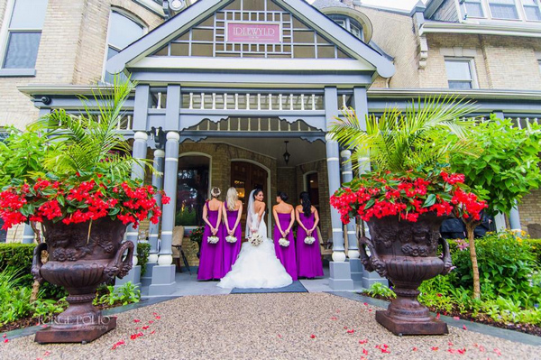 Bride and bridesmaids at entrance to Idlewyld Inn - London Ontario