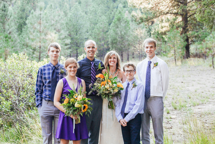 Cô dâu chú rể chụp ảnh với gia đình