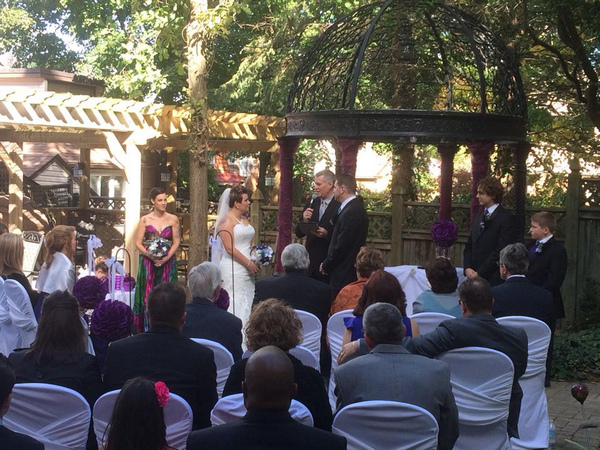 Courtyard ceremony at the Idlewyld Inn - London Ontario