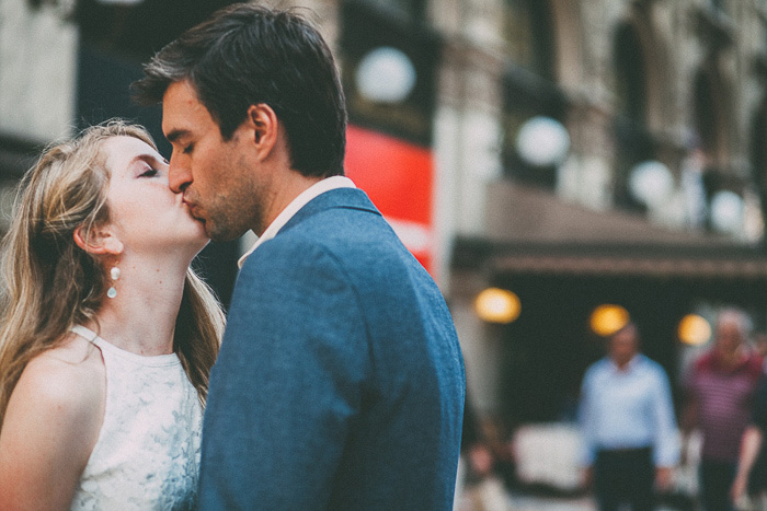 bride and groom kissing in Italy