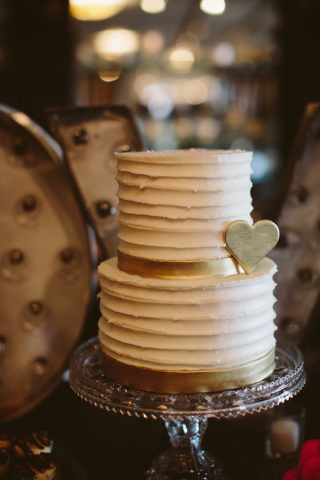white and gold weddingcake