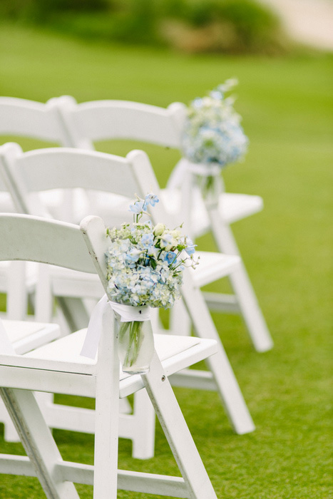 white folding chairs with flowers