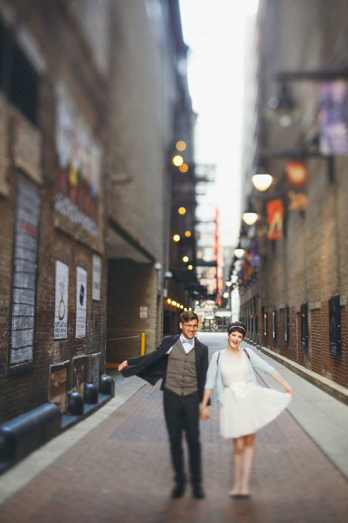 bride and groom in Chicago laneway