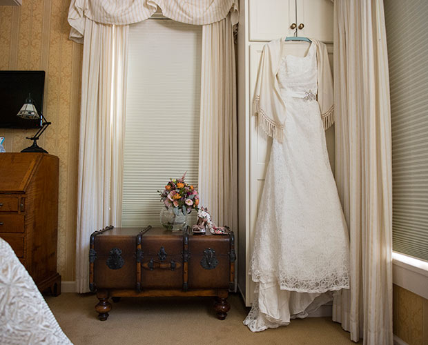 intimate-massachusetts-wedding-venue-deerfield-inn-brides-dressing-room