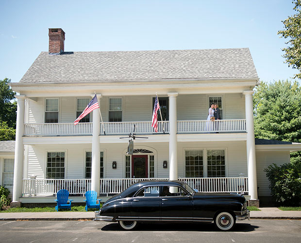 intimate-massachusetts-wedding-venue-deerfield-inn-entrance