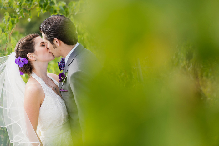 bride and groom kissing in Tuscan countryside