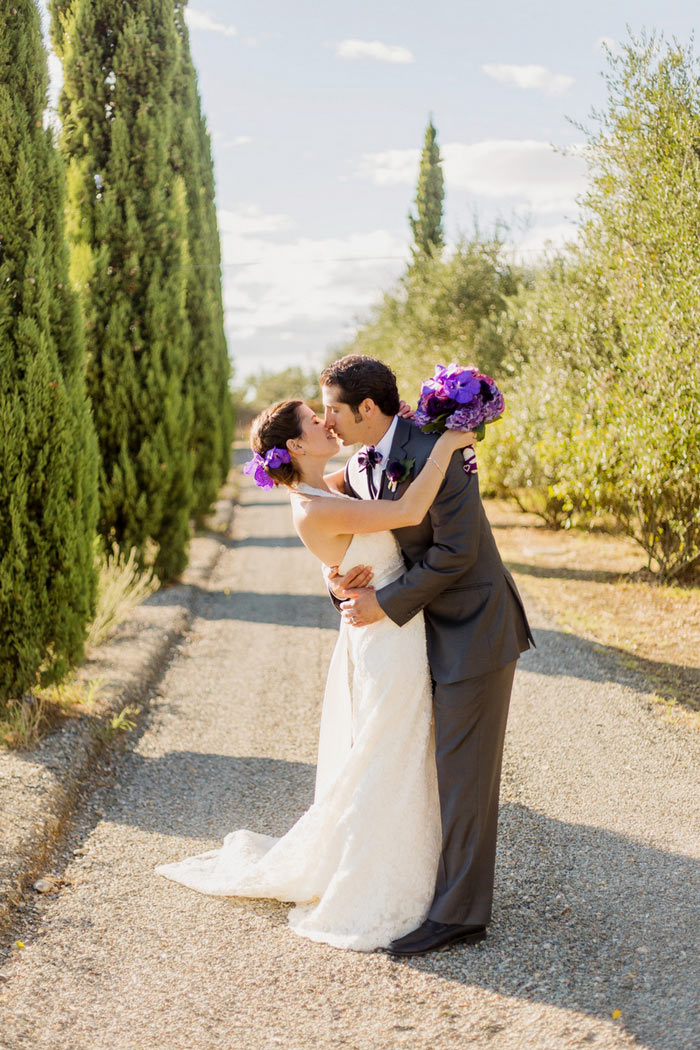 bride and groom kissing in Tuscany
