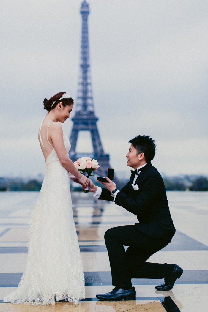 groom proposing in front of eiffel tower