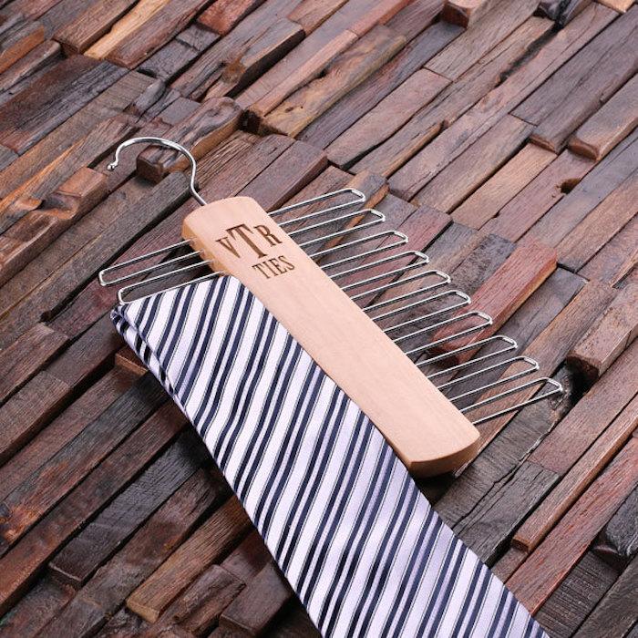 tie-hanger