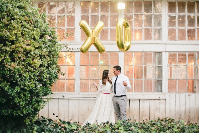 http://www.intimateweddings.com/wp-content/uploads/2016/03/gold-xo-balloons-700x467.jpg