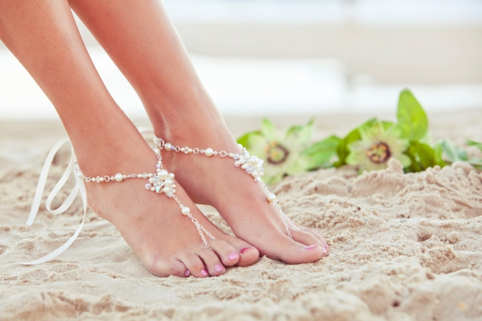 http://www.intimateweddings.com/wp-content/uploads/2016/04/barefoot-sandals-700x467.jpg